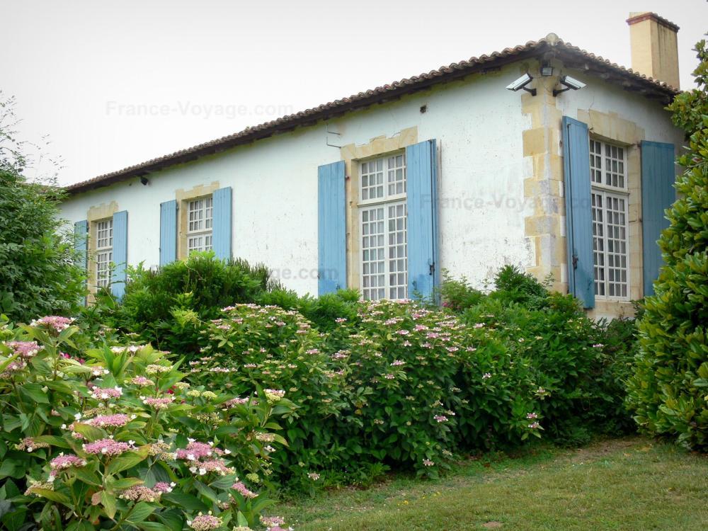 photos le ch teau de gaujacq guide tourisme vacances. Black Bedroom Furniture Sets. Home Design Ideas