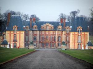 Château de Grosbois - Brick-built castle and stone, trees, statues and path lined with lawns