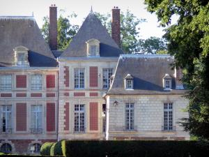 Château de Guermantes - Pavilion and facade of the château