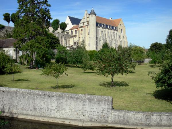 Château-Landon - Convent building of the old Saint-Séverin royal abbey and garden planted with trees