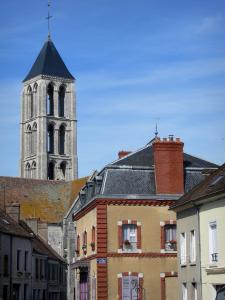 Château-Landon - Bell Tower of the Notre Dame church and houses of the city