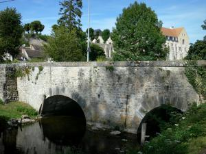 Château-Landon - Bridge spanning the river, trees and old Saint-Séverin royal abbey in the background