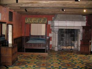 Château de Langeais - Inside of the castle: bedroom with the green stone floors