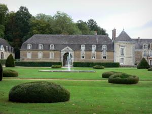 Château de la Lorie - Château, garden featuring a fountain and water jets, cut shrubs, trees, in Chapelle-sur-Oudon