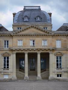 Château du Marais - Dome and peristyle (colonnade) of the Louis XVI-style château; in the town of Le Val-Saint-Germain