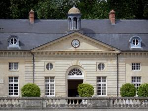 Château du Marais - Facade of the outbuildings; in the town of Le Val-Saint-Germain