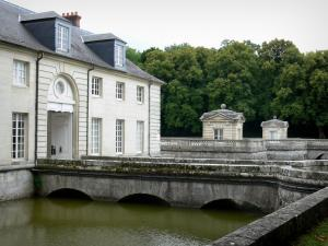 Château du Marais - Outbuildings, moats and pavilions of the terrace of the château; in the town of Le Val-Saint-Germain