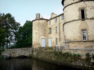 Château des Martinanches - Keep, tower, façade of the castle and small bridge spanning a moat; in Saint-Dier-d'Auvergne