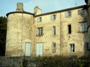 Château des Martinanches - Tower and facade of the castle; in Saint-Dier-d'Auvergne