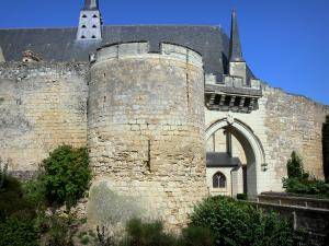 Château de Montreuil-Bellay - Tower and ramparts of the medieval fortress, roof of the Notre-Dame collegiate church