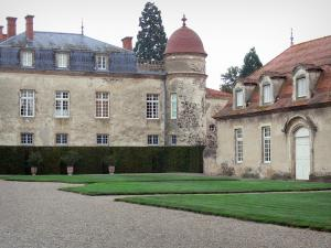 Château de Parentignat - Facade of the castle, lawns and outbuilding