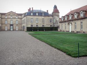 Château de Parentignat - Facade of the castle, outbuilding, lawn and alley