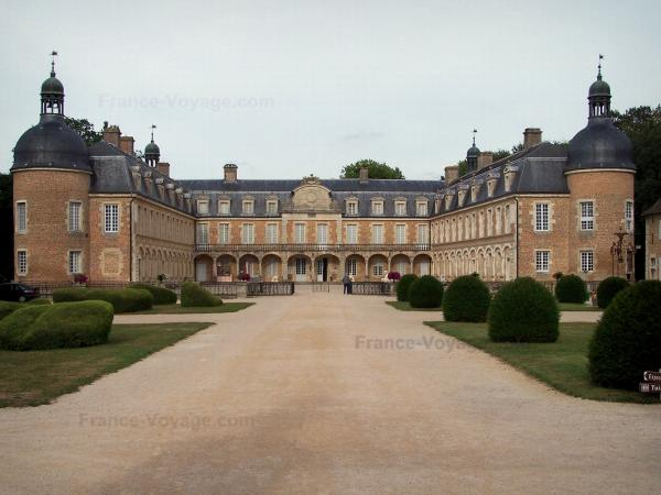 Château de Pierre-de-Bresse - Château home to the Burgundian Bresse heritage museum and alley with cut shrubs