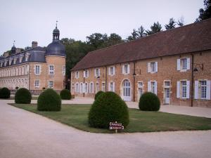 Château de Pierre-de-Bresse - Round tower of the Château, outbuildings and cut shrubs