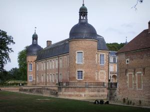 Château de Pierre-de-Bresse - Château flanked by round towers and moats