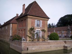 Château de Pierre-de-Bresse - Pavilion, outbuildings, entrance grating and moats