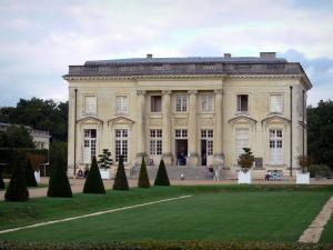 Château de Pignerolle - Facade of the Château and park with its lawns, its alleys, its cut shrubs and its trees, in Saint-Barthélemy-d'Anjou