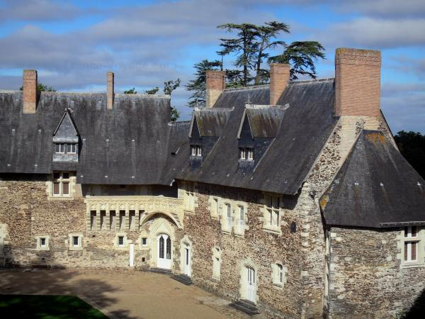 Château du Plessis-Macé - Stately lodge with its carved balcony (gallery), clouds in the sky