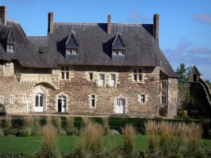 Château du Plessis-Macé - Stately lodge with its carved balcony (gallery)