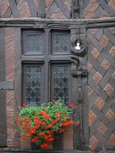 Château-Renard - Joan of Arc's house (old half-timbered house): window decorated with flowers (geraniums)