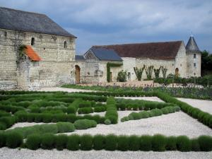 Château du Rivau - Outbuildings of the fortress and lavender