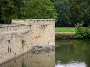 Château de Sully-sur-Loire - Ramparts, moats (la Sange) and park planted with trees
