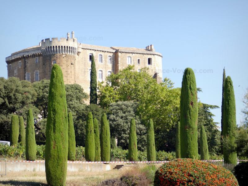 Le château de Suze-la-Rousse - Guide tourisme, vacances & week-end dans la Drôme