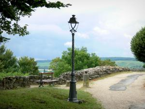Château-Thierry - Walk along the ramparts; lamppost and bench