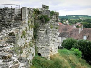 Château-Thierry - Fortification of the Porte Saint-Jean gate (remains of the old castle) overlooking the rooftops of the town