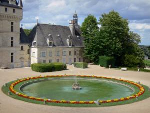 Château de Valençay - Pond of the main courtyard (Cour d'Honneur) and facade of the Renaissance château