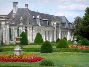 Château de Valençay - Outbuildings and flowerbeds of the formal gardens