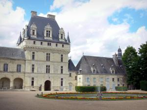 Château de Valençay - Keep, facades of the château and pond in the main courtyard (Cour d'Honneur)