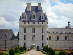 Château de Valençay - Renaissance keep, facades of the château, alley and flowerbeds of the formal gardens