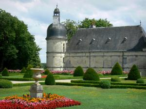 Château de Valençay - Tower of the château and flowerbeds of the formal gardens