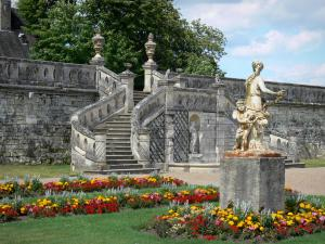 Château de Valençay - Stairs, sculpture (statue) and flowerbeds in the Duchess garden