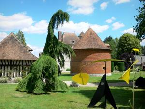 Château de Vascoeuil - Centre of Art and History: park of modern sculptures, dovecote, outbuilding, and château in the background