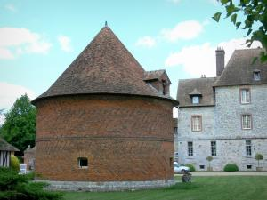 Château de Vascoeuil - Centre of Art and History: dovecote and facade of the château