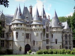 Château de Vigny - Facade of the Renaissance château with its entrance pavilion, its towers with battlements and its chapel; in the Vexin Français Regional Nature Park