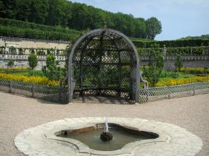 Château de Villandry and gardens - Arbour and fountain (pond) of the vegetable garden