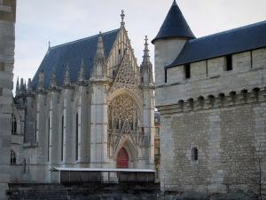 Château de Vincennes - Angle turret (bartizan) on the surrounding wall of the keep with view of the Sainte-Chapelle of Flamboyant Gothic style