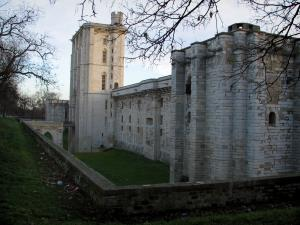 Château de Vincennes - Surrounding wall and towers, among which the Village tower