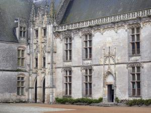 Châteaudun - Castle: facade of the Longueville wing with its Gothic stair