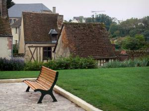 Châteaudun - Bench, lawn and houses of the old town
