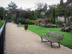 Châteaudun - Mail walk with its benches, its lawn and its flowers