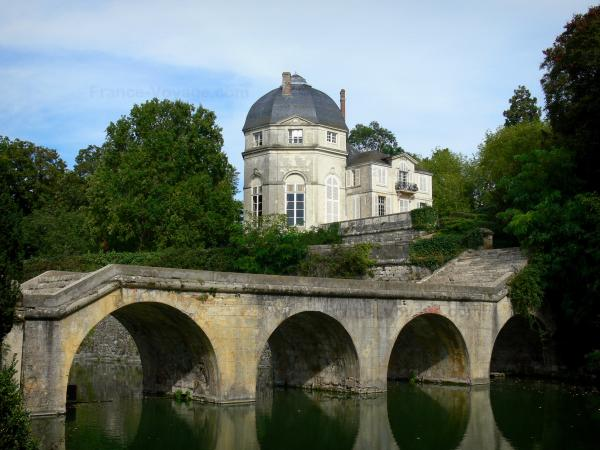 Châteauneuf-sur-Loire - Rotunda of the château, bridge spanning the river (moats) and trees of the park