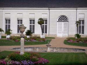 Châteauneuf-sur-Loire - Orangery of the château and garden (flowerbeds, fountain, lawns, palm trees in jars)