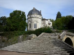 Châteauneuf-sur-Loire - Rotunda of the château, stair of the bridge and trees, in the park