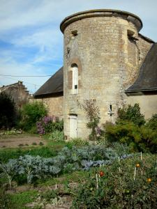 Châteauneuf-sur-Loire - Tower of a house and a vegetable garden