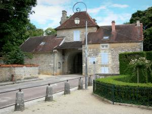 Châteauvillain - Porte Madame gate, entrance to the deer park