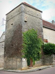 Châteauvillain - Square tower
